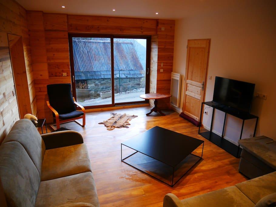 Un film? Un jeu de société? Relaxez vous dans ce salon tout confort.