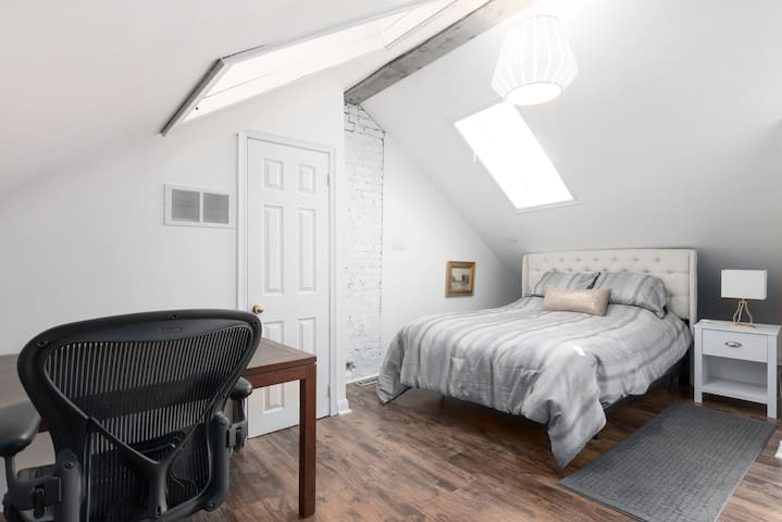 Private Rm w/ Ensuite Bth Downtown - Mthly Stays!