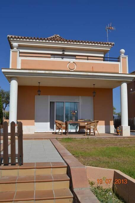 Vista frontal de la casa // Front view of the house