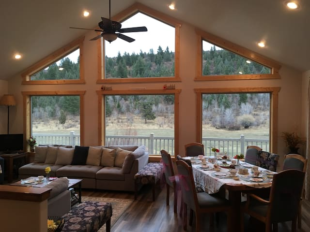 Canyon Creek Cabin - A Getaway Touched by Nature!