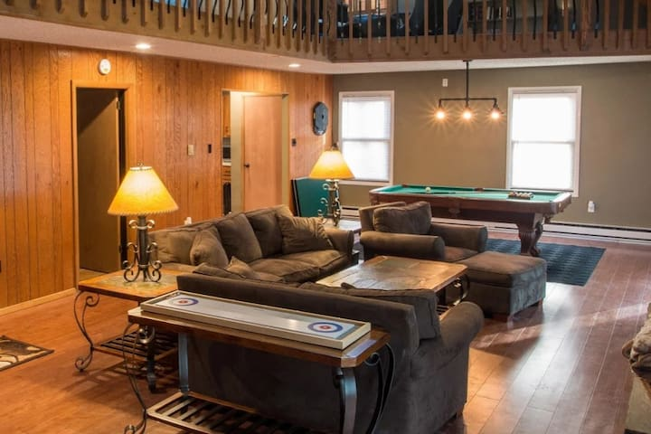 Now booking! INDOOR hot tub, one of a kind house!