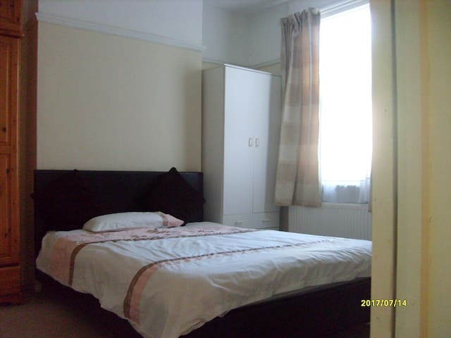 NICE DOUBLE ROOM IN A CLEAN  AND QUIET HOUSE