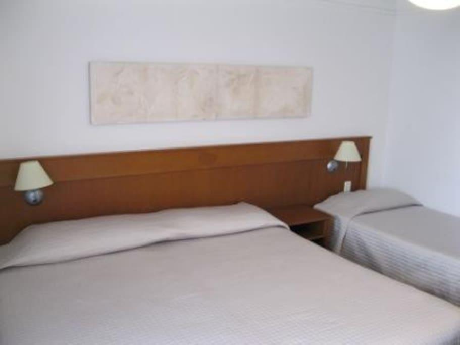 QUARTO - cama de casal king size e cama de solteiro