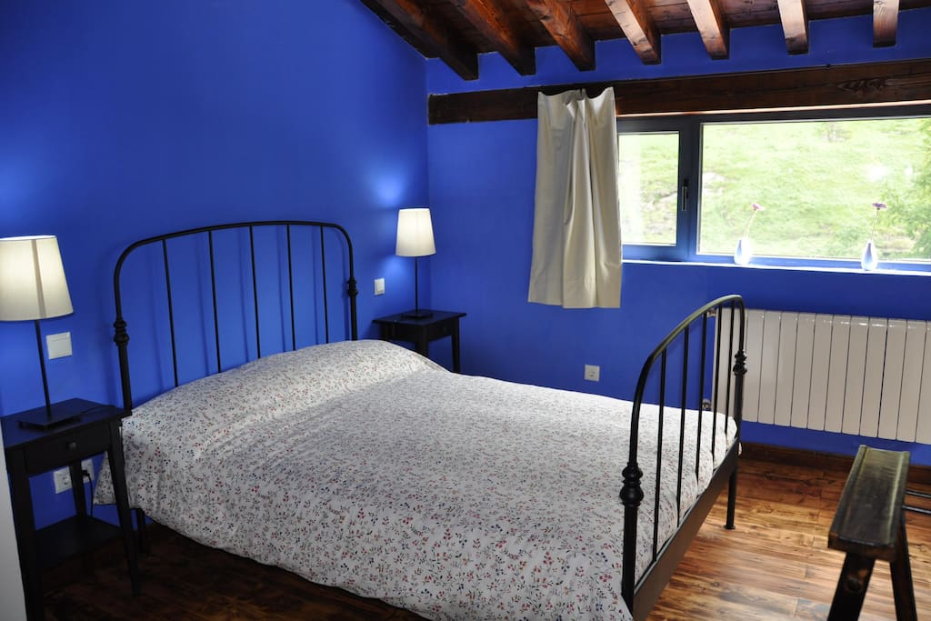 Habitación 4 de 6, principal de la planta alta (cama de 1,60 de matrimonio, baño 3 de 4 incorporado con bañera)