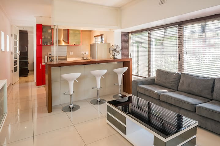 Modern Apartment. Superb Location. Sea Point - Cape Town