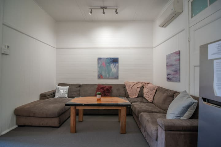Bright 2 Bedroom / Cairns Central