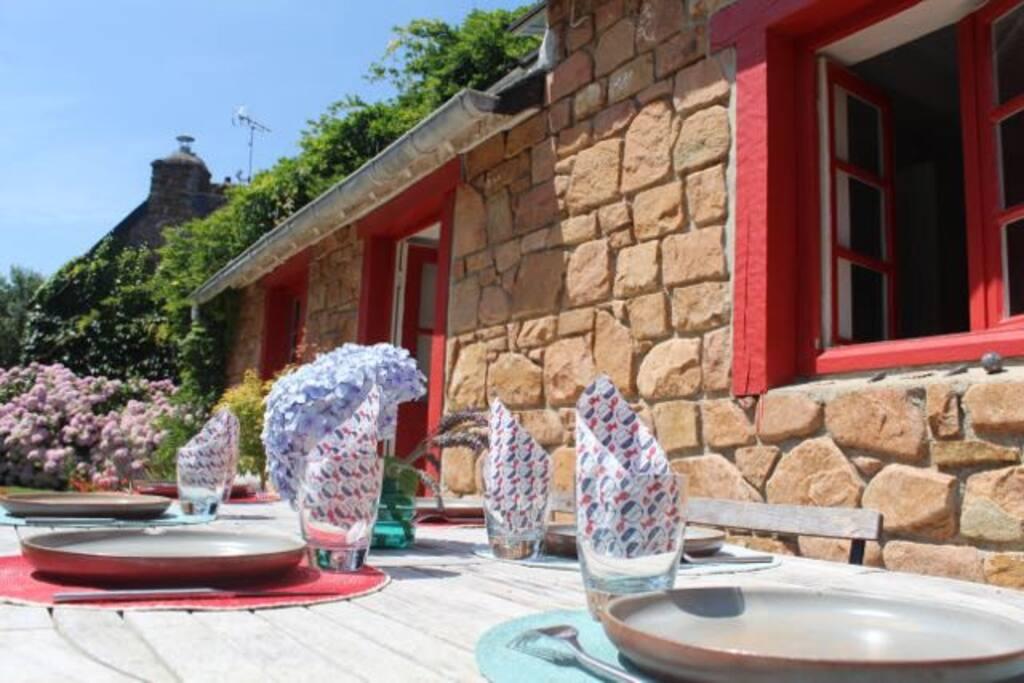 Déjeuner sur la terrasse ensoleillée Lunch on the sun kissed terrasse