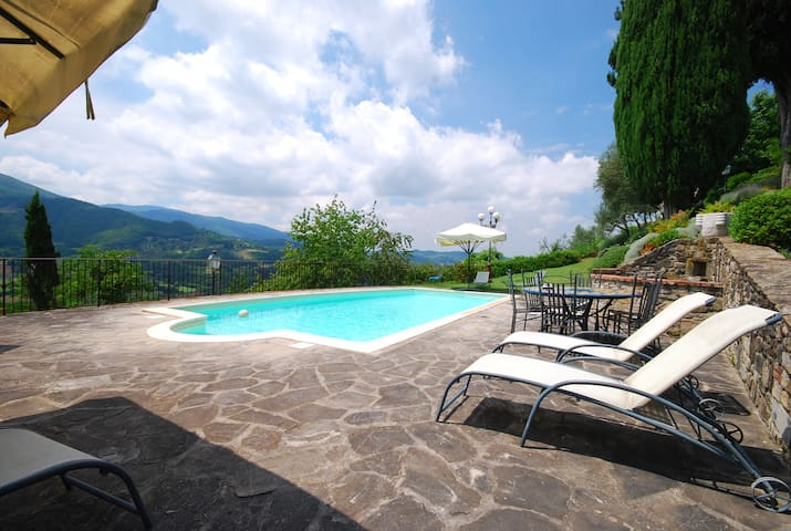 Relax in Tuscany with amazing view over the hills