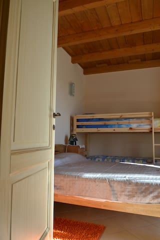 Camera da letto 2, una piazza e mezza e letto a castello. /bedroom 2, up to 4 people