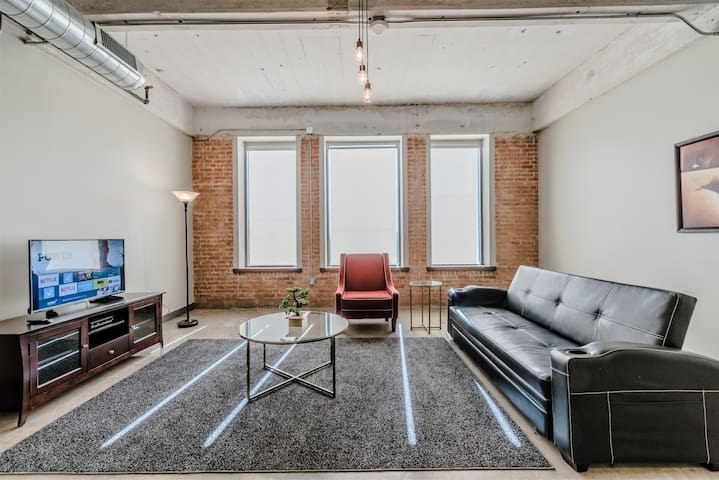 PROFESSIONALLY CLEANED/DISINFECTED Big Comfy Apt Downtown Dallas/Free Valet (RS620)
