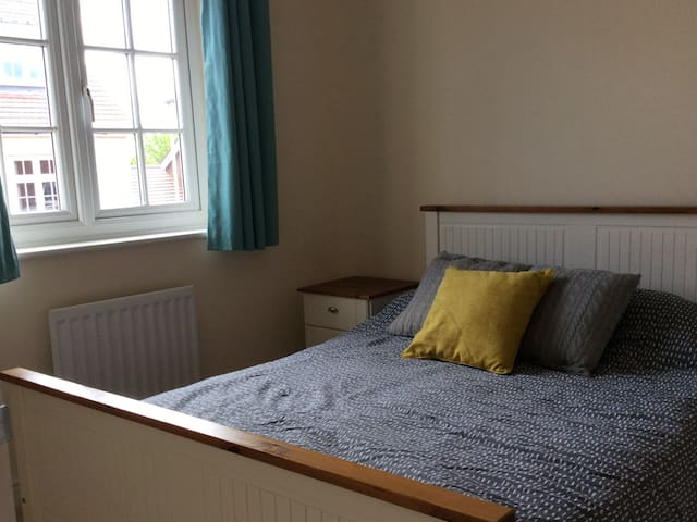 Modern cosy double bed with private bathroom - Caldicot - Ev