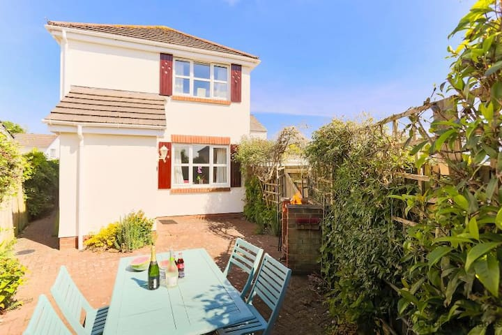 BRAUNTON NOOK | 2 bedrooms | Garden with BBQ | Close to Pubs and Sandy Beaches | Pet Friendly