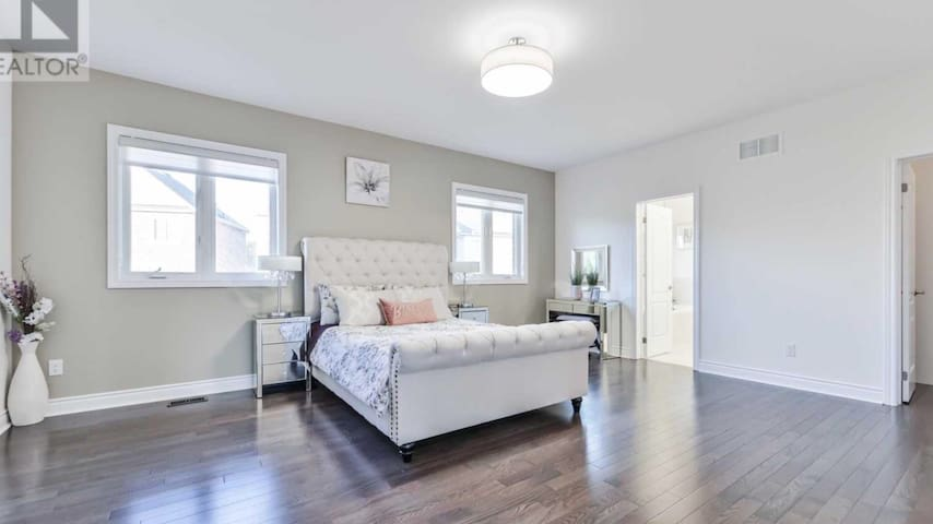 Luxurious Living Space in Newmarket (404/Leslie)