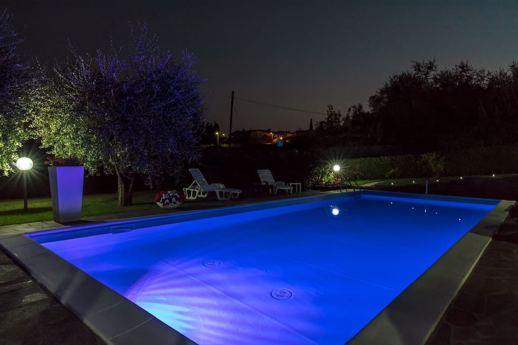 La piscina e le sue luci di sera