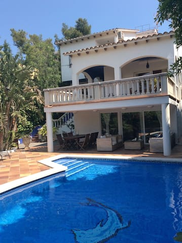 House with a private swimming pool in Vallpineda