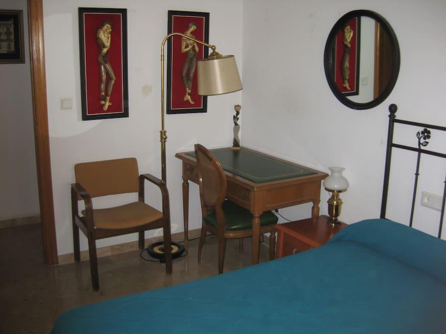 Bedroom, desk. // Detalle de escritorio