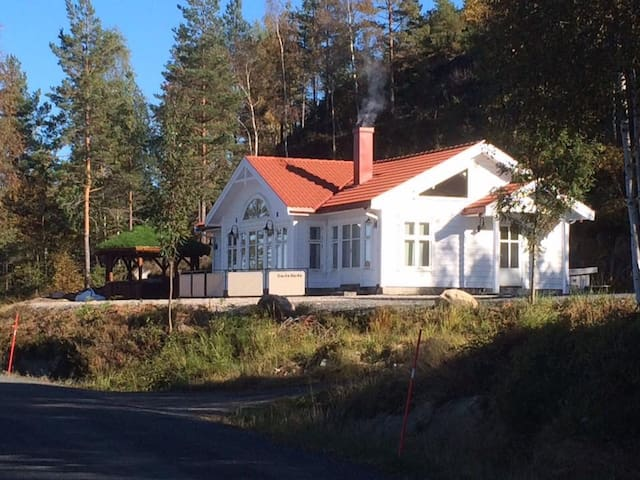 Norwegian lakeside cabin- Costa Siorta