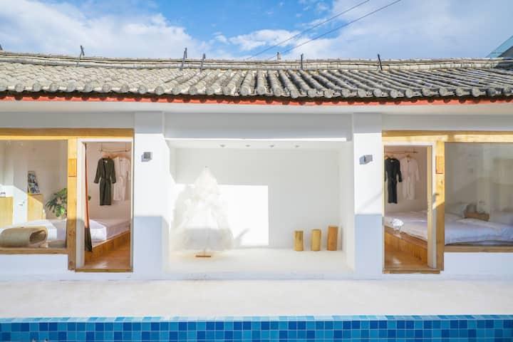 丽江古城附近泳池标间大落地窗白色极简风适合拍照
