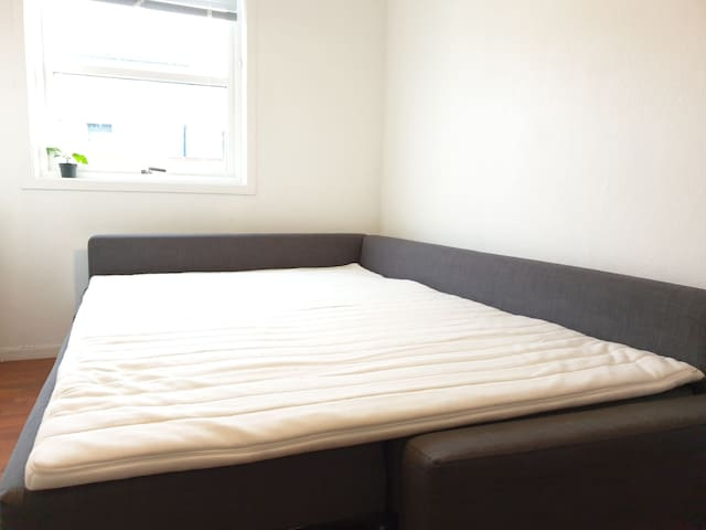 A nice and well -ventilated bedroom