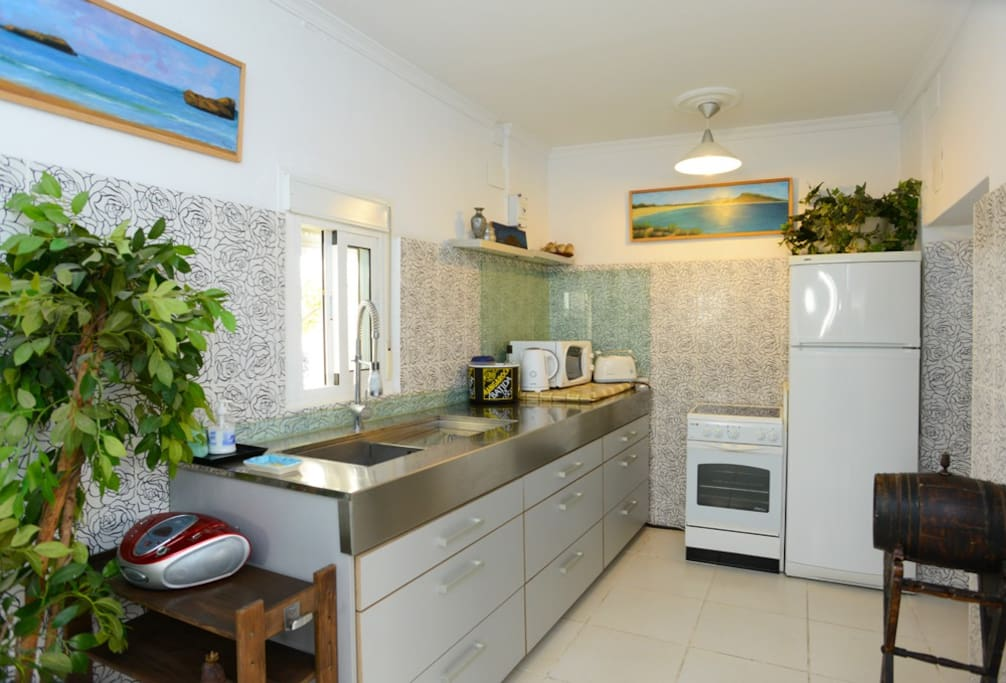 Una cocina moderna y muy equipada/ A modern and fully equipped kitchen