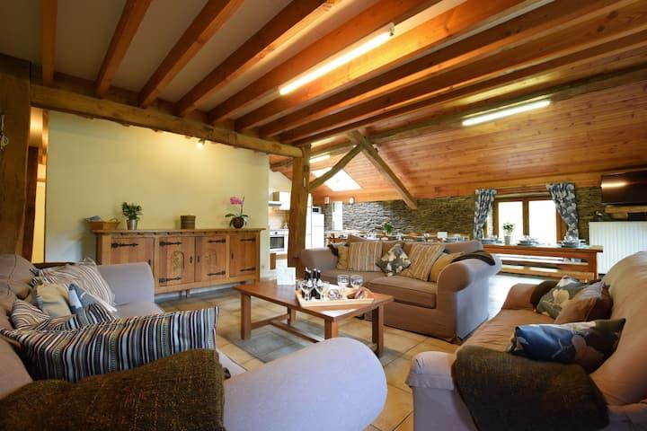 Schönes Ferienhaus in Frahan mit Terrasse