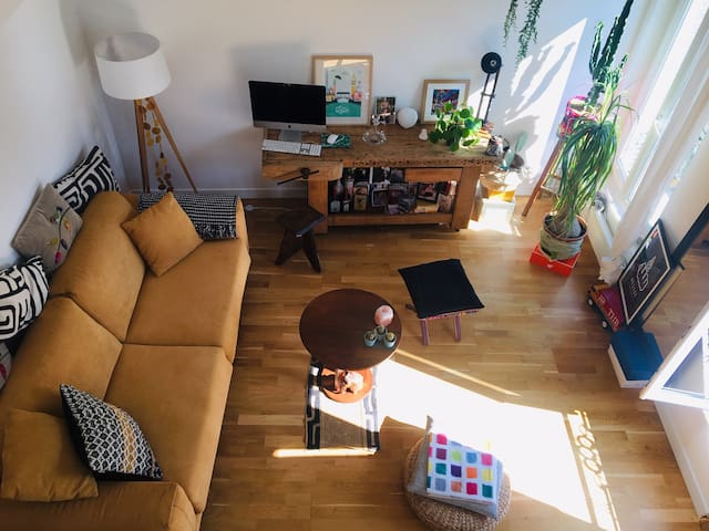 Cosy loft in Pantin / La Villette - View of the living room from the mezzanine. The sofa is easily convertible into a kingsize bed.