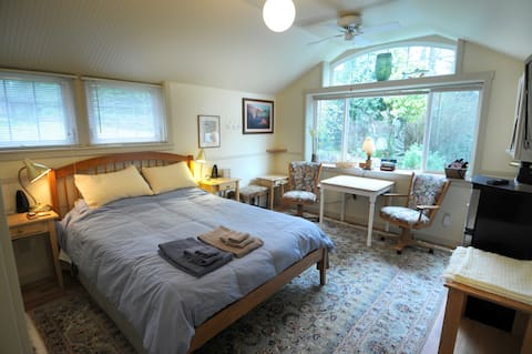 Brookside Suite, nature & privacy on a wooded acre