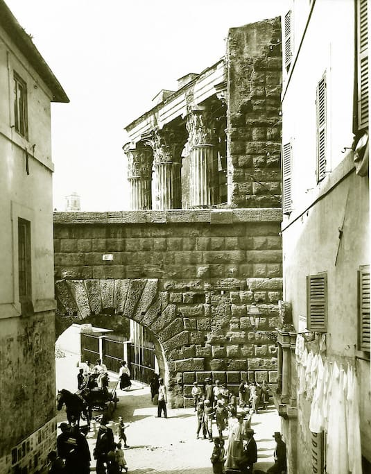 Time machine! I've found this photograph at PortaPortese (the famous Rome's flea market), it is so fascinating!  On the right there is the building where Casa Iulia Lucretia is... was... is placed nowadays.
