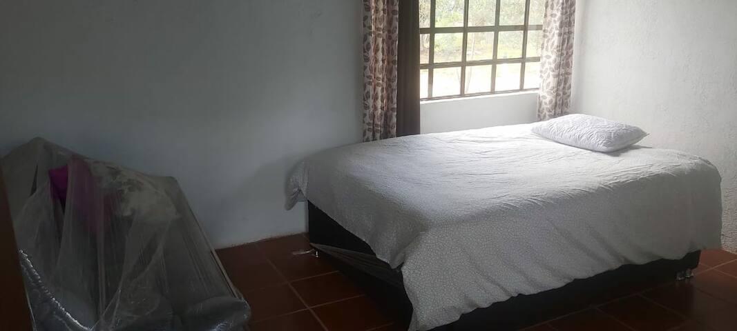 Habitacion segundo piso, con bano privado y sofa cama.