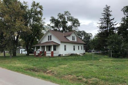 Quiet 4 bedroom home near I-29