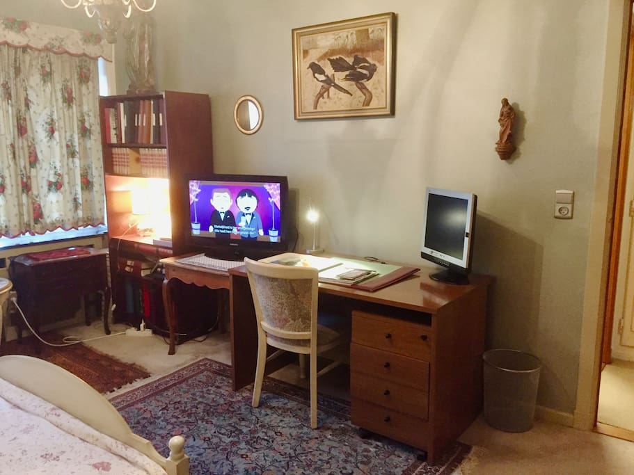 Extra computer screen +TV with ca 30 channels