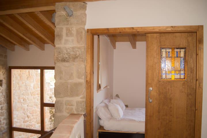 Vista de la habitación-suite y al fondo la cristalera del comedor que da a patio privado