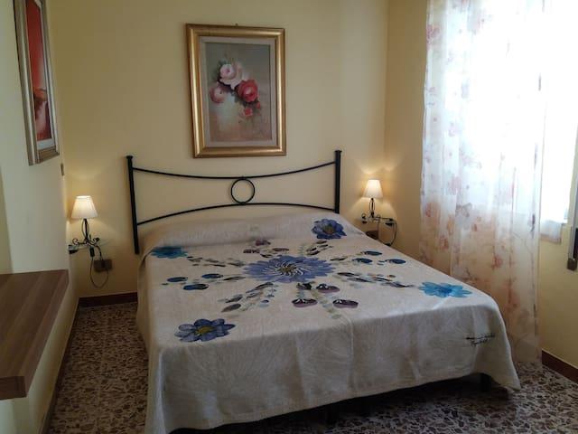 Camera doppia con bagno privato in villa al mare