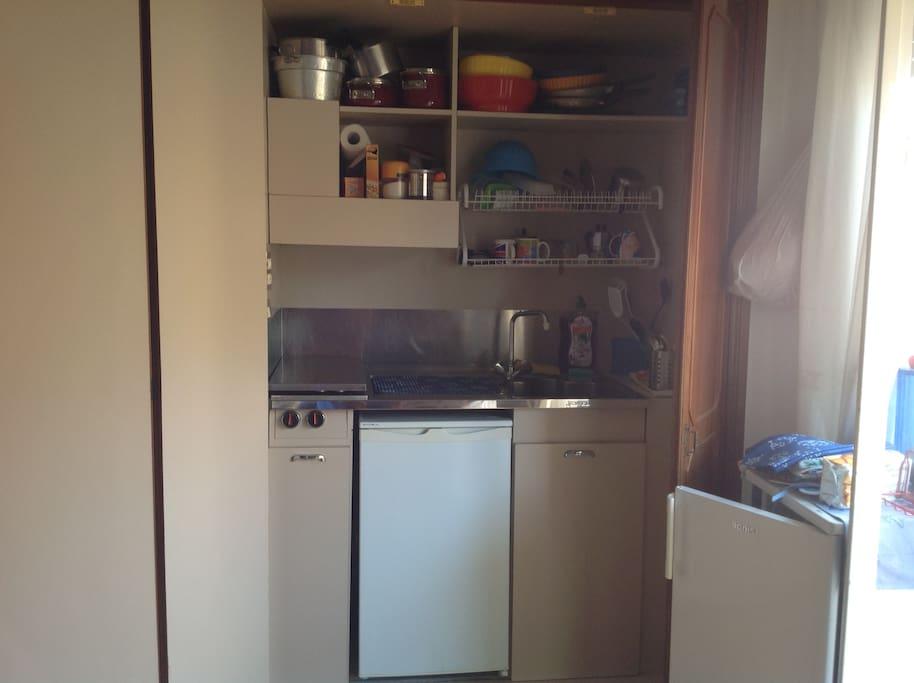 Angolo cottura con 2 frigo.