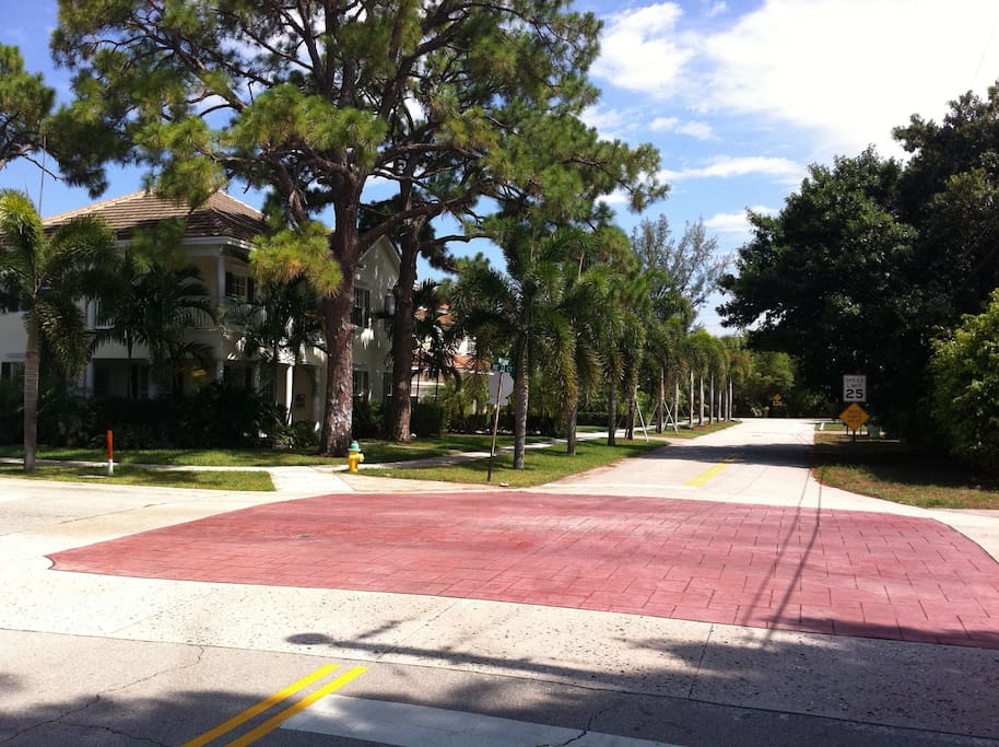 It's only 2 blocks to all the action in downtown Wilton Manors
