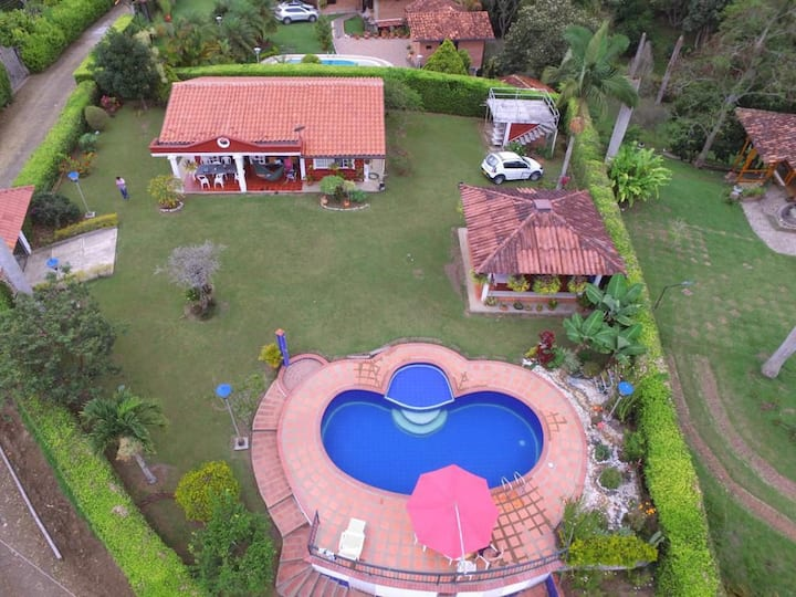 Chalet ideal: turismo en eje cafetero con piscina.
