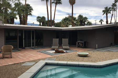Mid-Century Home w/ Pool Close to El Paseo - Palm Desert - Hus