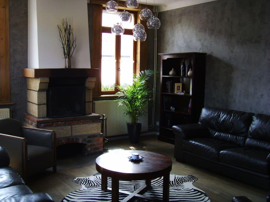 Salon avec cheminée au feu de bois