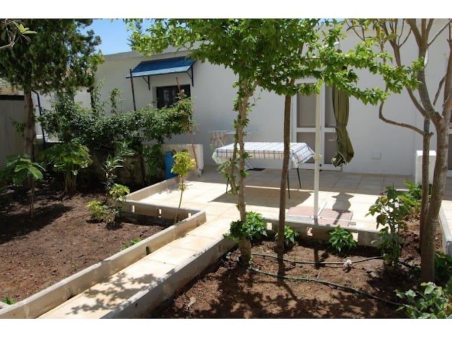 La veranda ombreggiata e vista sul giardino permette di trascorrere rilassanti momenti all'aperto.