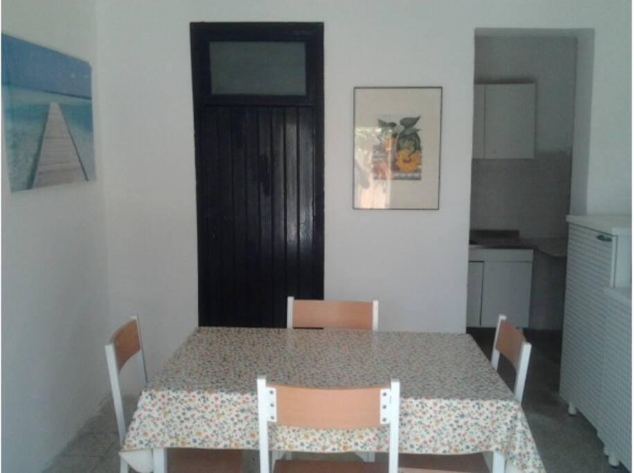 L'ingresso è accogliente e permette di accedere alle altre stanze e servizi dell'appartamento.