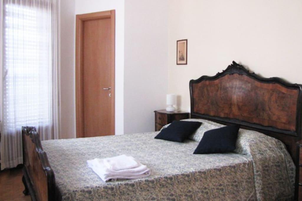 La camera della nonna. il letto matrimoniale dei primi del '900. Pavimentazione a parquet a spina di pesce.