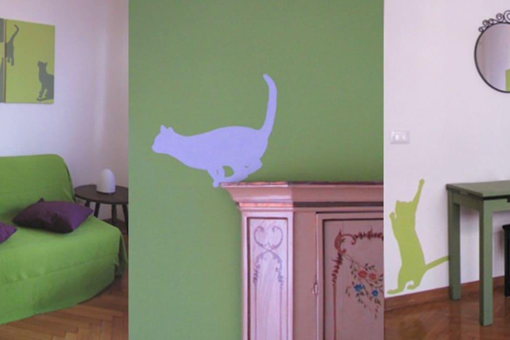 La camera di Anna. Dettagli dell'armadio veneziano, della scrivania e del divano