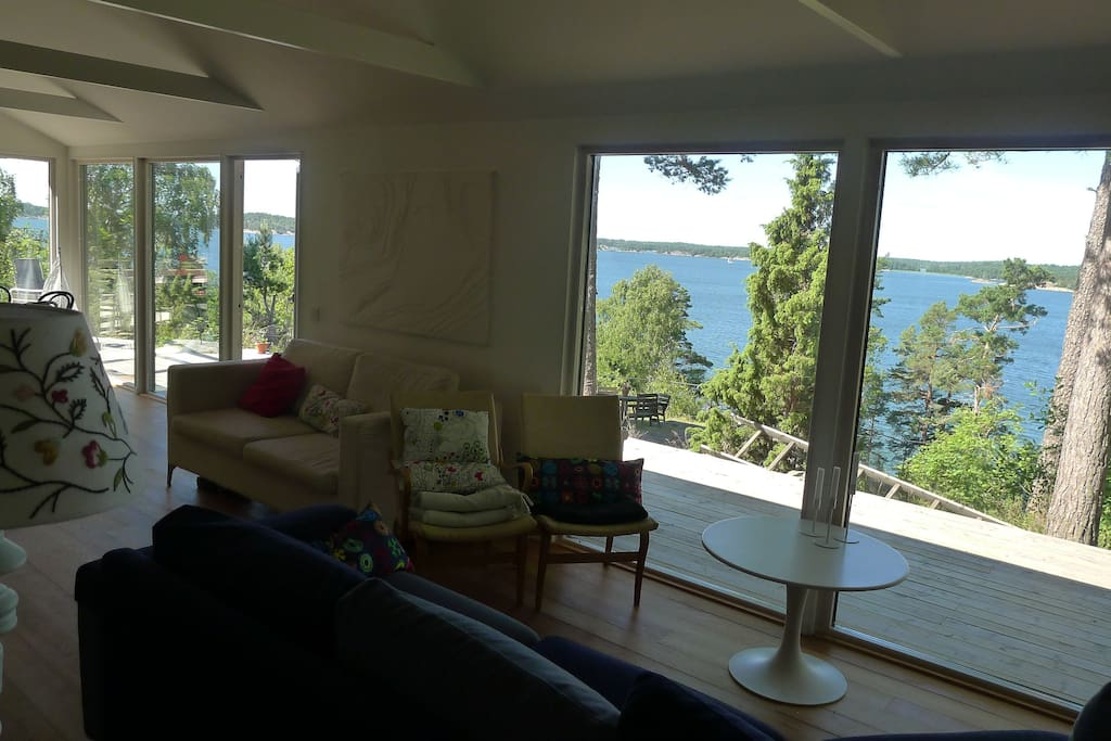 Vardagsrum med havsutsikt