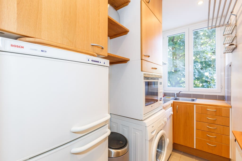A compact and well-equipped kitchen (fridge, freezer, washing-machine, dishwasher, oven, stove, Nespresso-machine...), overlooking a schoolyard.