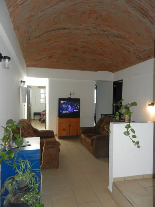 Sala con televisión con cable e internet
