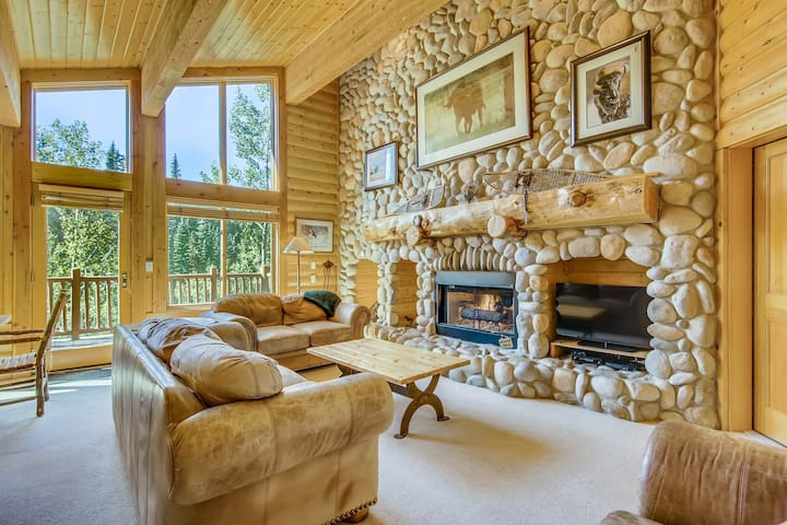 Spacious condo in Deer Valley with private deck, shared pool & hot tub on-site!