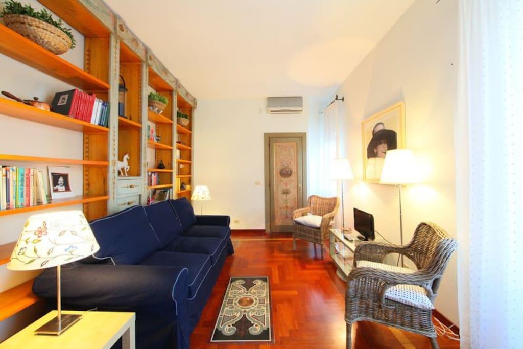 salone con divano letto- living room with daybed