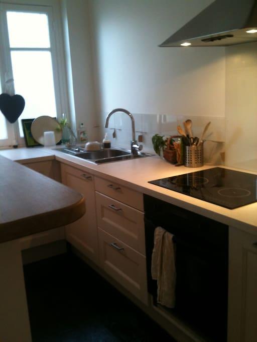 Cuisine équipée : plaque induction, grille-pain, four, lave vaisselle, cafetière nespresso