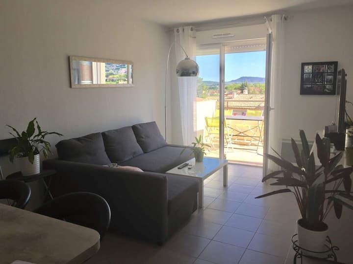 Appartement et son balcon avec vue dégagée/Cuers