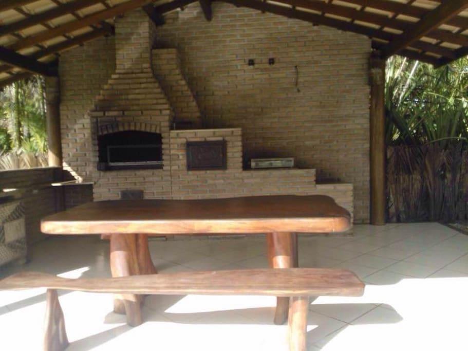 Área gourmet com churrasqueira, forno e fogão a lenha